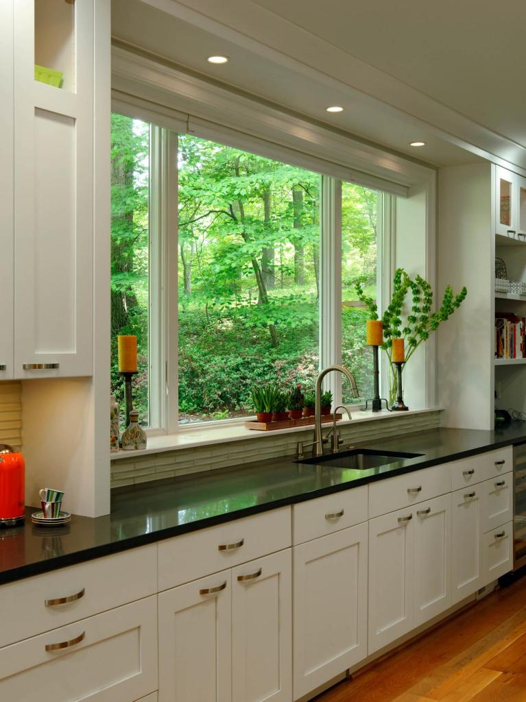 5. DP_Lauren-Levant-Bland-white-arts-and-crafts-kitchen_v4.jpg.rend.hgtvcom.1280.1707