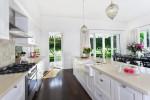 Amplia cocina blanca con encimera beige