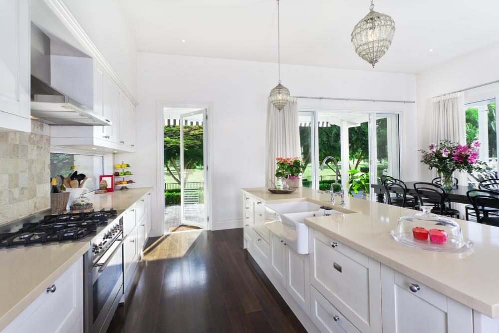 Amplia cocina blanca con encimera beige fotos para que te - Cocina blanca encimera blanca ...