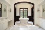 Baño blanco con bañera clásica