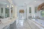 Baño clásico de mármol blanco