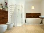 Baño moderno con bañera exenta sobre guijarros
