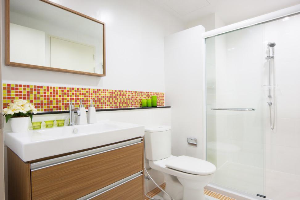 Baño con cenefa roja y amarilla. Fotos para que te inspires ...