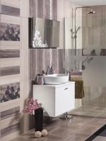 Baño con mueble suspendido y decoración floral