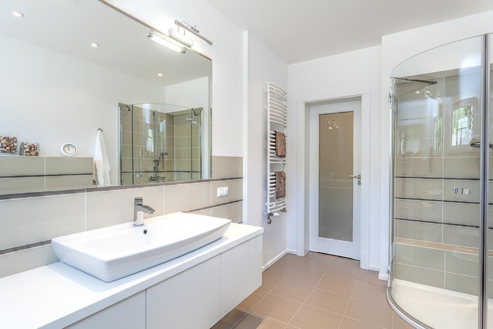 Ba o con suelo de gres y toallero blanco fotos para que for Toalleros para bano modernos