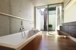 Baño con pared de hormigón visto