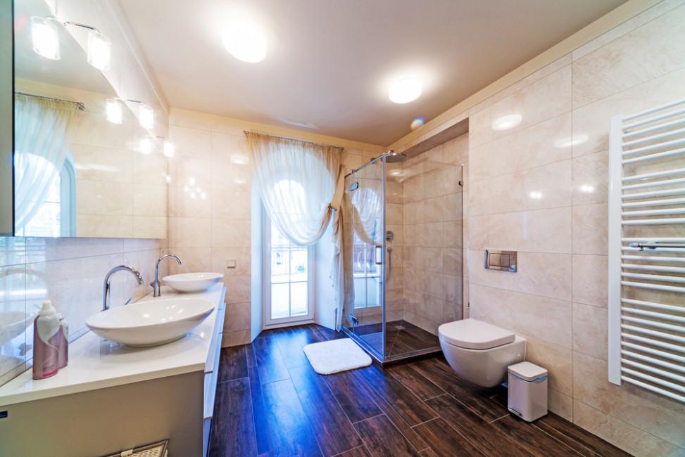 Ba o con suelo de madera y paredes en m rmol fotos para for Marmol blanco con vetas negras