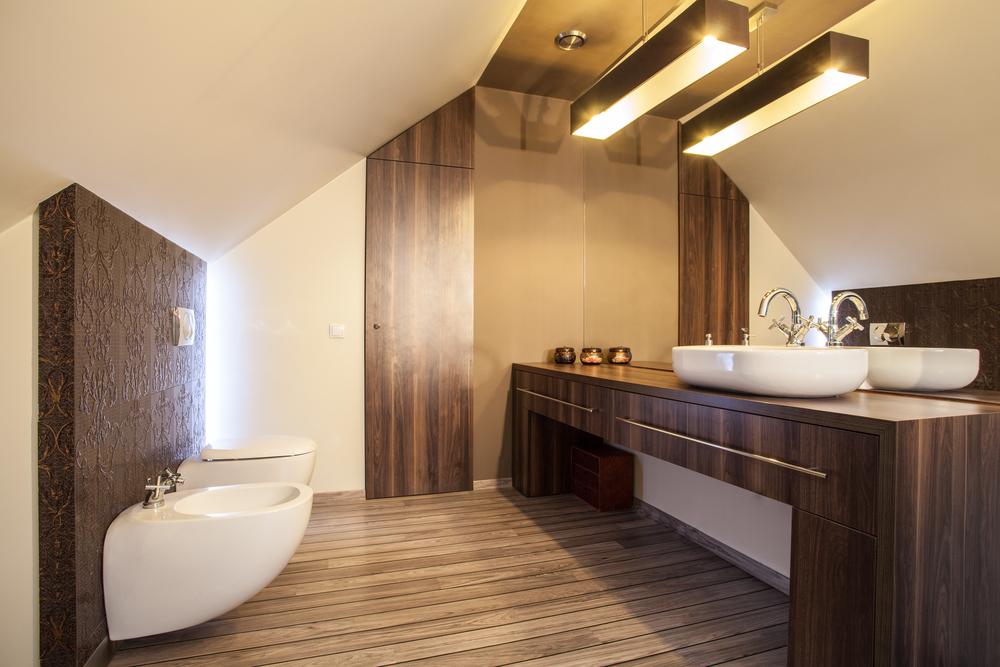 Ba o cl sico moderno con suelo de madera fotos para que - Suelos para cuartos de bano ...