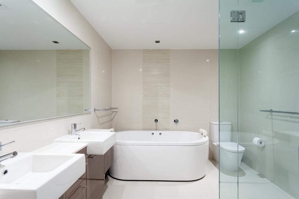 Ba o moderno con tonos beige fotos para que te inspires for Enchapes para banos modernos
