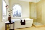 Baño con ventanales en arco