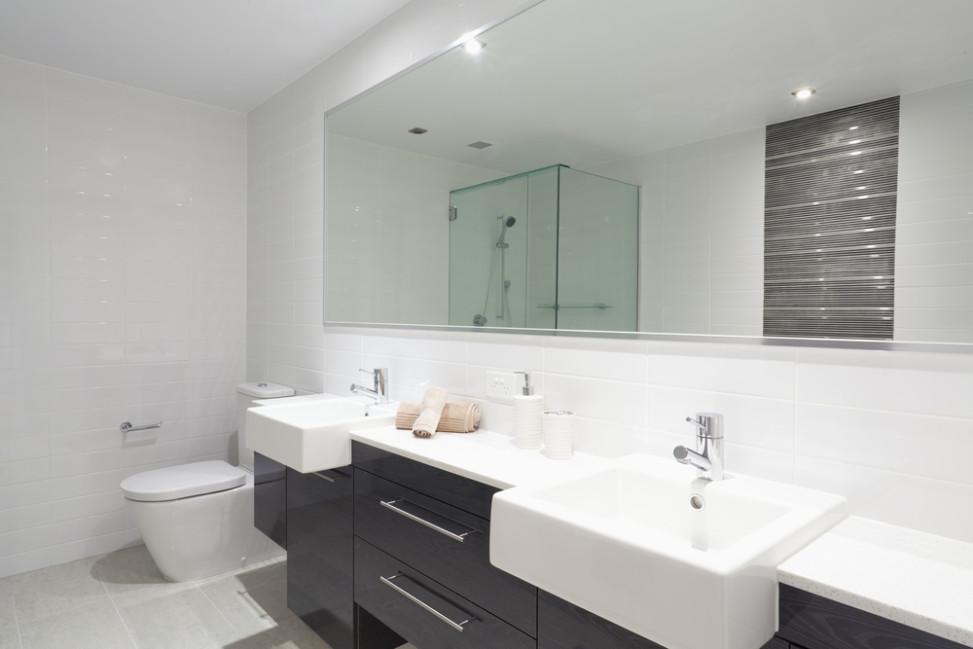 Ba o minimalista de dos lavabos y gran espejo fotos para for Banos con dos lavabos