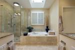 Baño de mármol con mampara de cristal