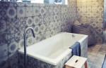 Baño decorado con baldosa hidráulica