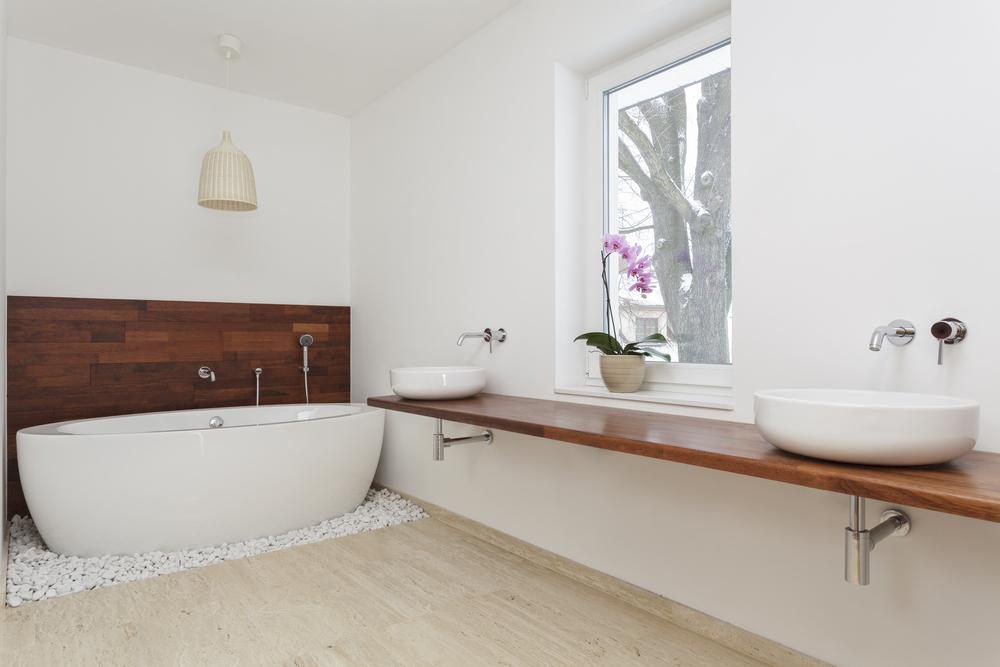 Ba o minimalista con elementos de madera fotos para que for Banera exenta pequena