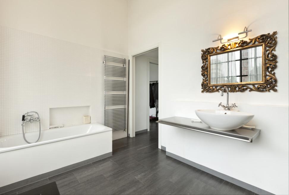 Ba o moderno con espejo cl sico fotos para que te for Espejos modernos para habitaciones