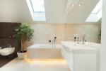 Baño moderno con iluminación indirecta