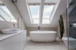 Baño moderno en buhardilla