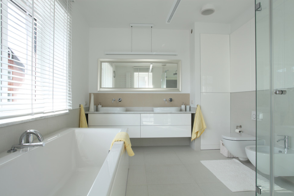 Ba o moderno en tonos blanco y gris fotos para que te for Banos en tonos grises
