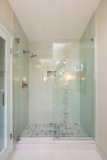 Baño pequeño con ducha empotrada