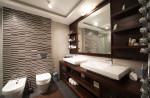 Baño pequeño con revestimiento en grises y marrones