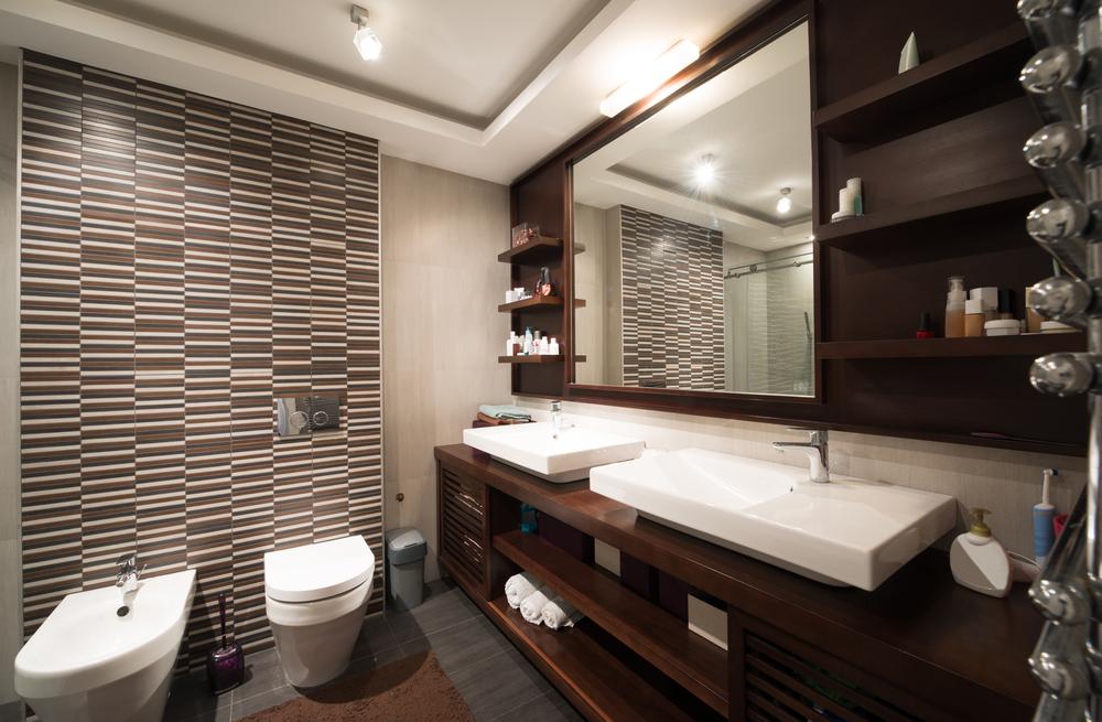 Ba o peque o con revestimiento en grises y marrones fotos for Disenos de banos para casas pequenas