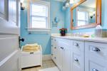Baño vintage con pared celeste