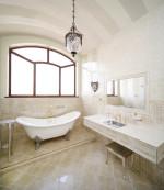 Baño vintage con ventana en arco