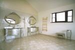 Baño vintage en tonos plateados