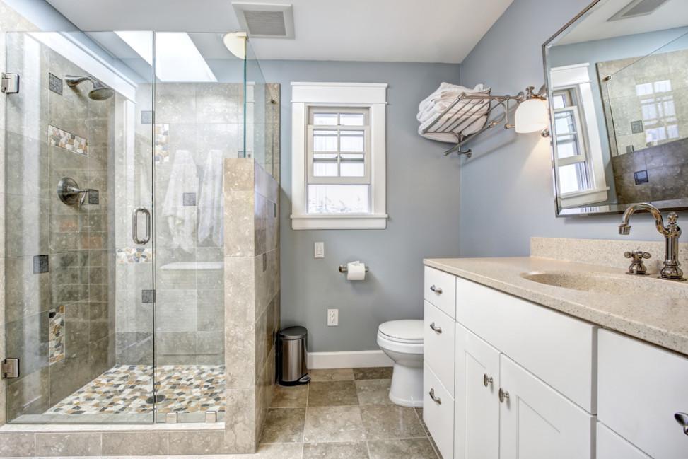 Baño clásico con encimera de granito. Fotos para que te ...