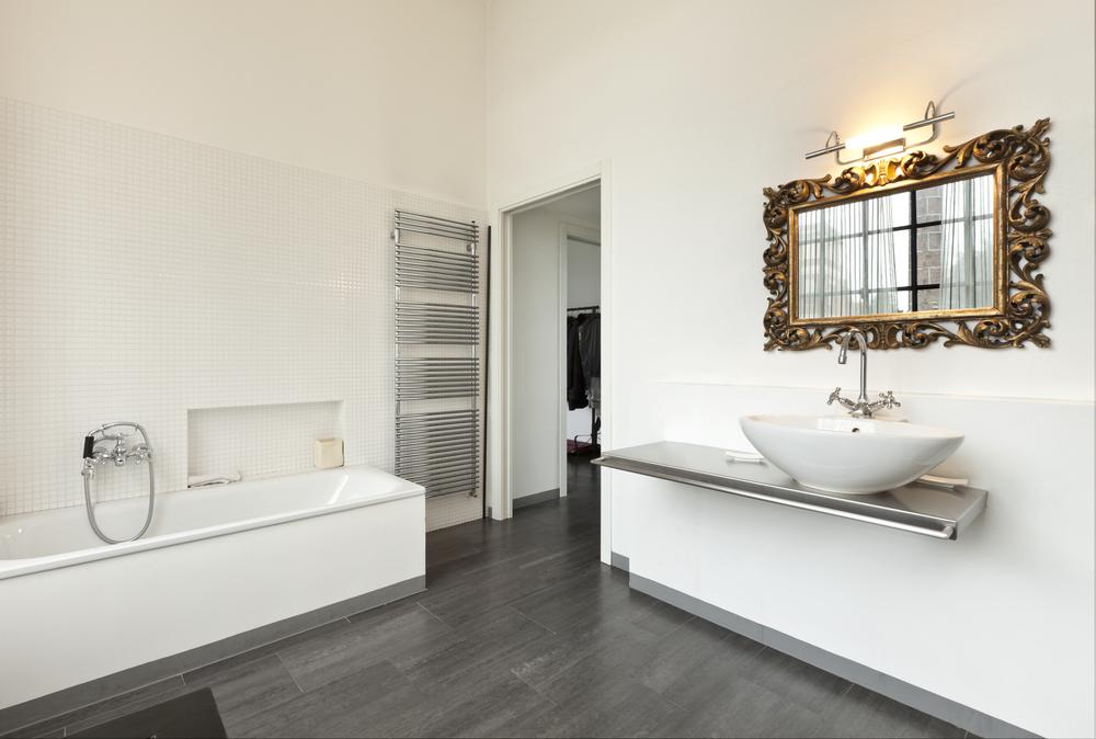 Baños Modernos Medianos:Baño moderno con espejo clásico Fotos para que te inspires