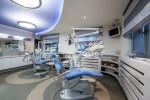 Clínica dental con techo azul