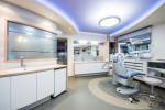 Clínica dental moderna de tonos azules