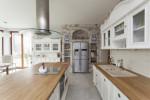 Cocina clásica con encimera de madera