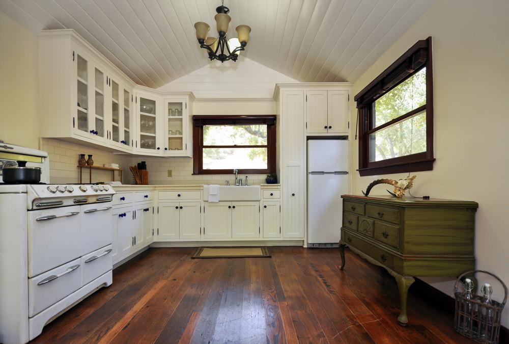 Cocina cl sica con suelo de madera fotos para que te - Suelo madera cocina ...