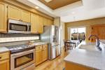 Cocina-comedor clásica de madera