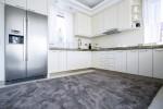 Cocina clásico-moderna con alfombra gris