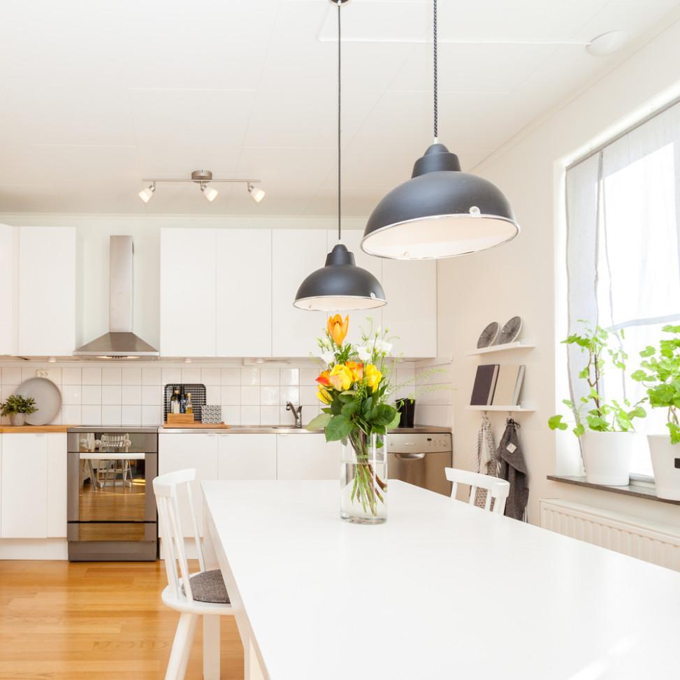 Cocina ecl ctica con suelo de parquet fotos para que te for Suelos para cocinas blancas
