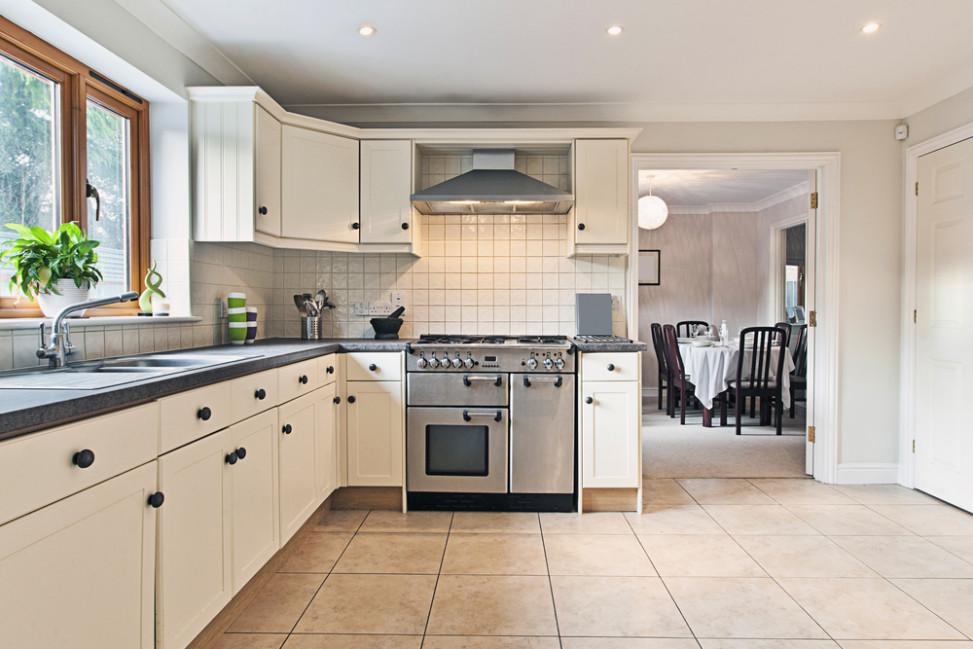 Cocina con encimera de granito gris fotos para que te for Cocinas blancas y grises fotos