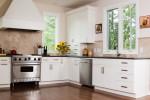 Cocina con suelo de parquet y muebles blancos