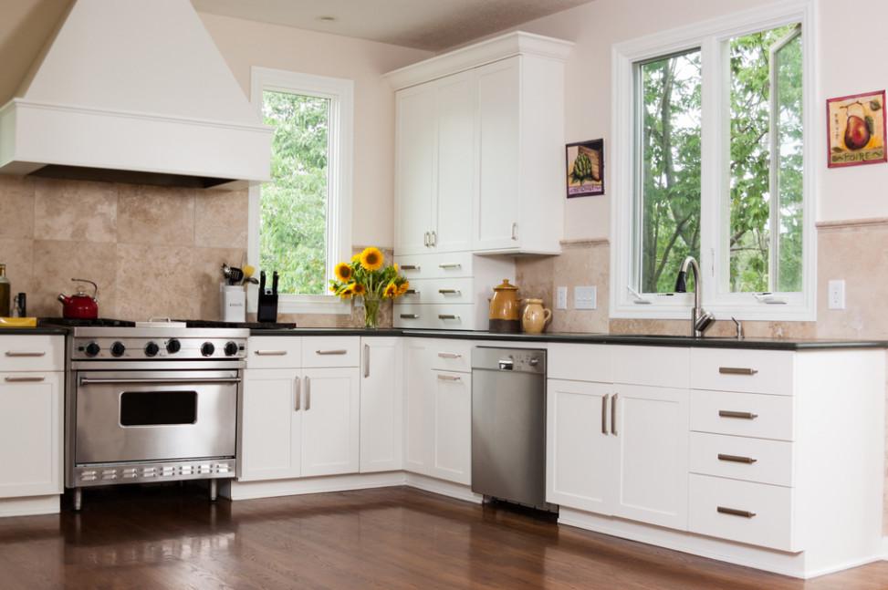 Cocina con suelo de parquet y muebles blancos. Fotos para que te ...