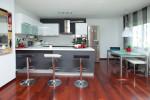 Cocina moderna con suelos en caoba
