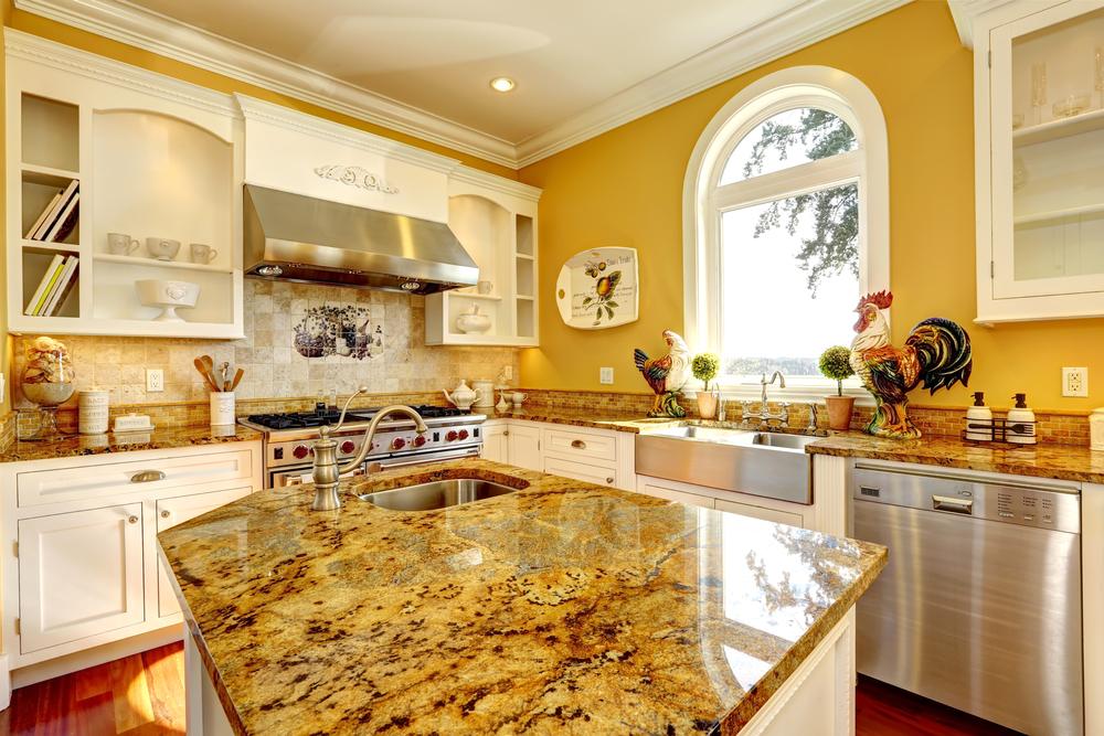 Cocina clásica con isla de tonos amarillos. fotos para que te ...