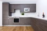 Cocina minimalista con muebles de madera gris ceniza