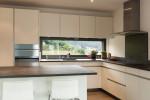 Cocina minimalista suelo de parquet