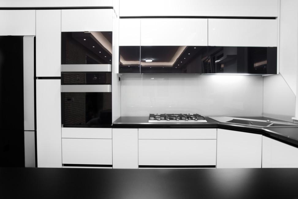 Cocina moderna con cristal templado negro fotos para que for Cocina con electrodomesticos de color negro