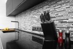 Cocina moderna con encimera en tonos oscuros