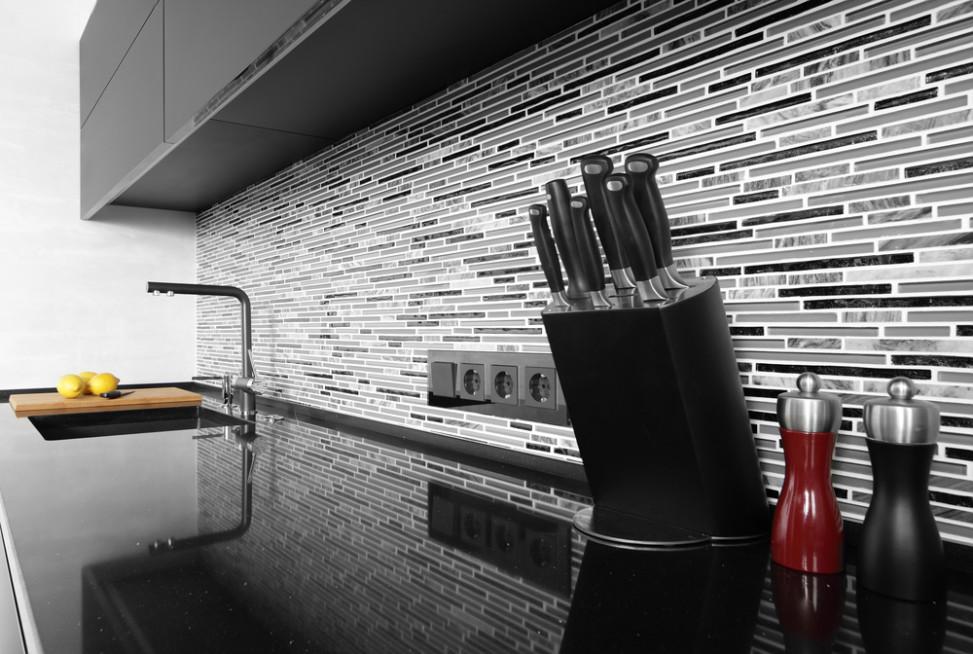 Cocina moderna con encimera en tonos oscuros fotos para - Baldosas para cocinas modernas ...