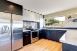 Cocina moderna con muebles gris oscuro