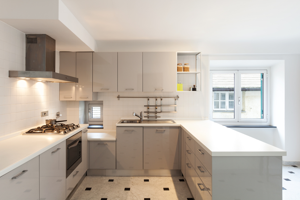 Cocina moderna de tonos claros fotos para que te inspires for Cocinas en u modernas