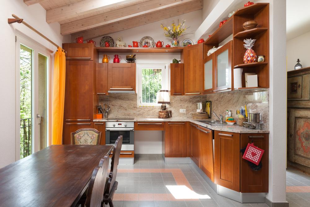 Cocina r stica con muebles de cerezo fotos para que te for Cocina comedor pequena